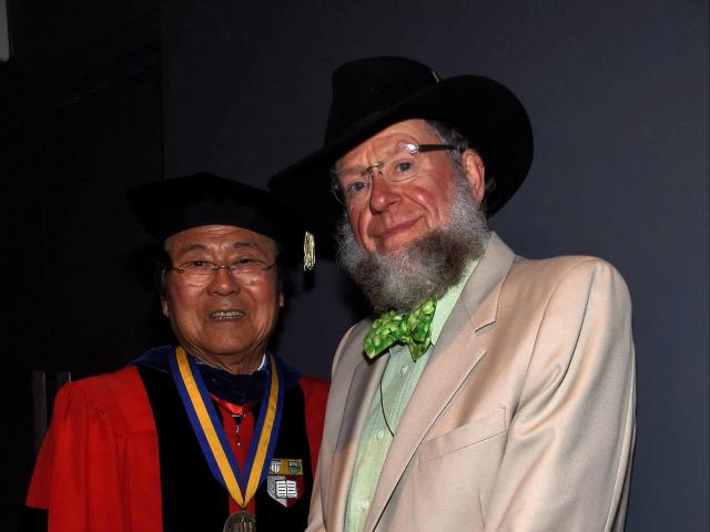Chancellor Yang (left) with Professor Tiffney (right)